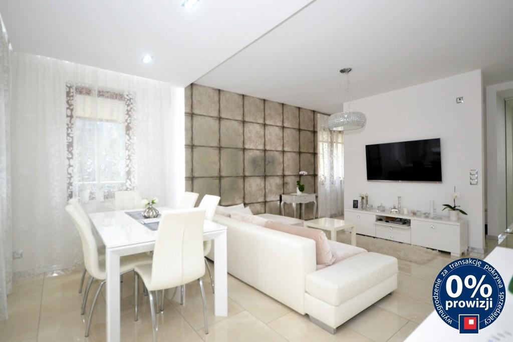zdjęcie przedstawia umeblowany nowocześnie salon w apartamencie do sprzedaży w Radomiu