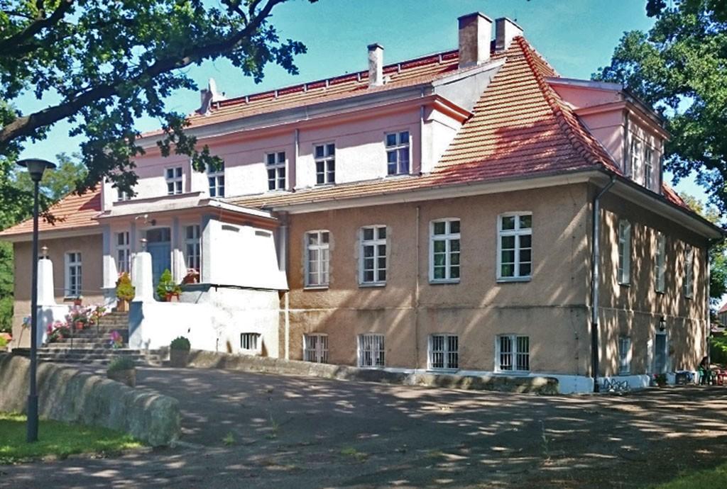 widok od frontu na rezydencję w okolicach Szczecina na sprzedaż