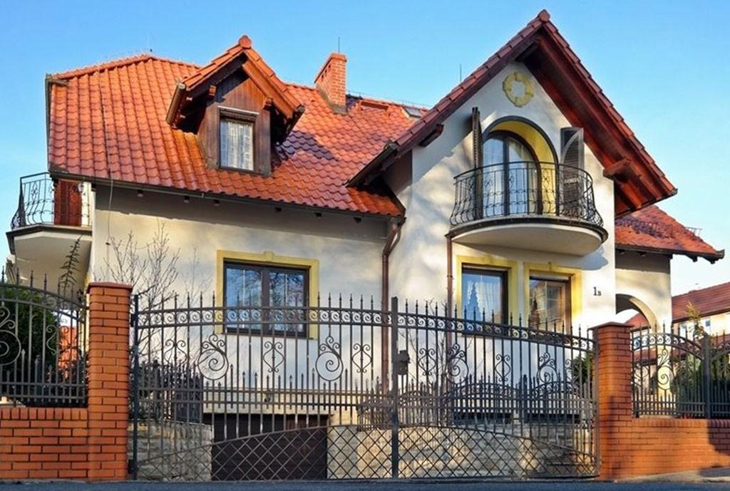 na zdjęciu przód/front willi na sprzedaż w Bolesławcu