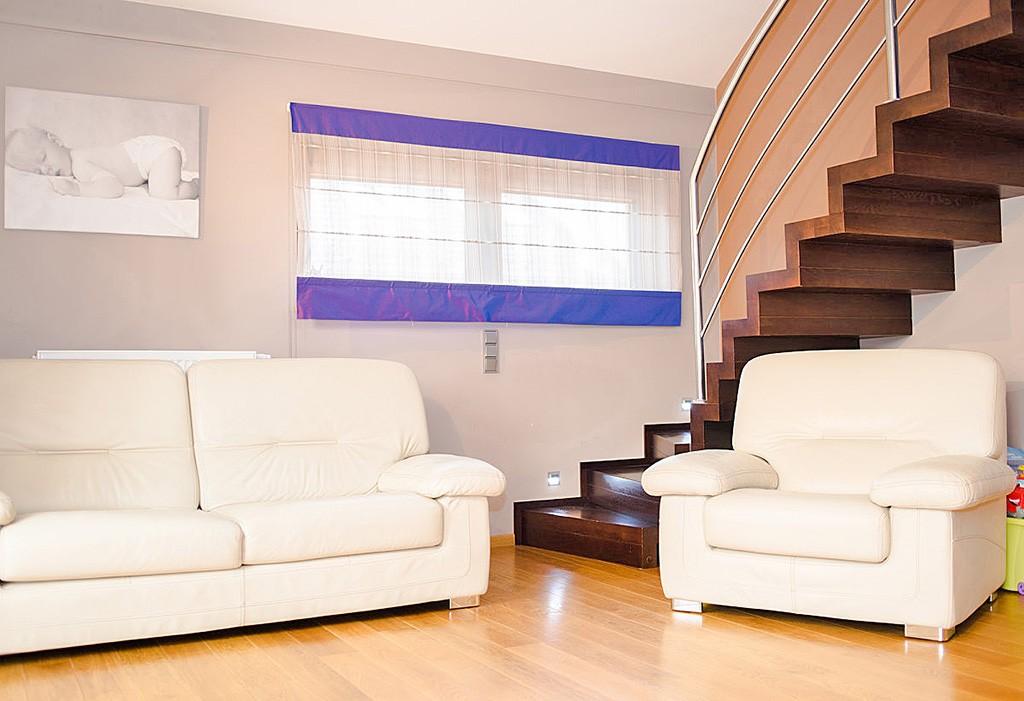 Dwupoziomowy apartament we Wrocławiu do sprzedaży, na zdjęciu salon i schody na górny poziom