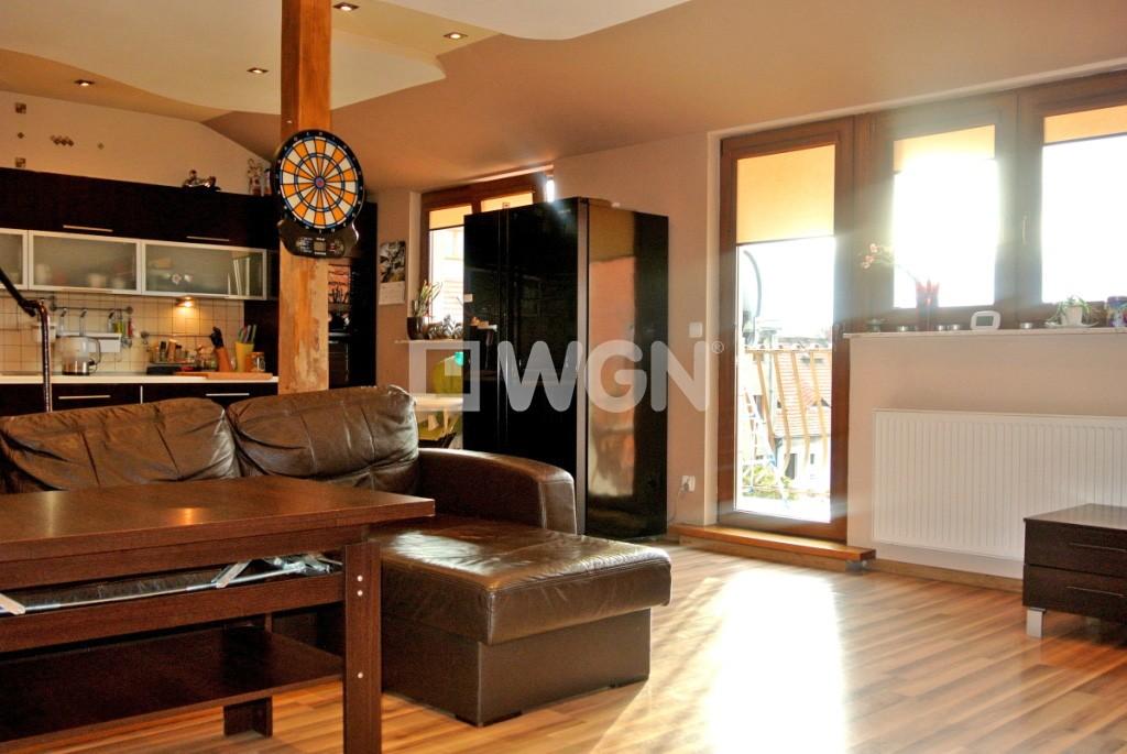 zdjęcie przedstawia nowoczesny salon w apartamencie do sprzedaży w Legnicy