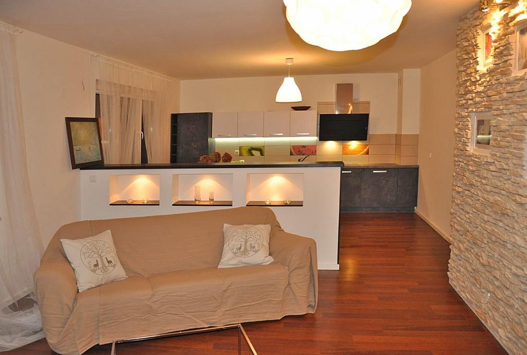 widok z salonu na aneks kuchenny w apartamencie do sprzedaży w Toruniu