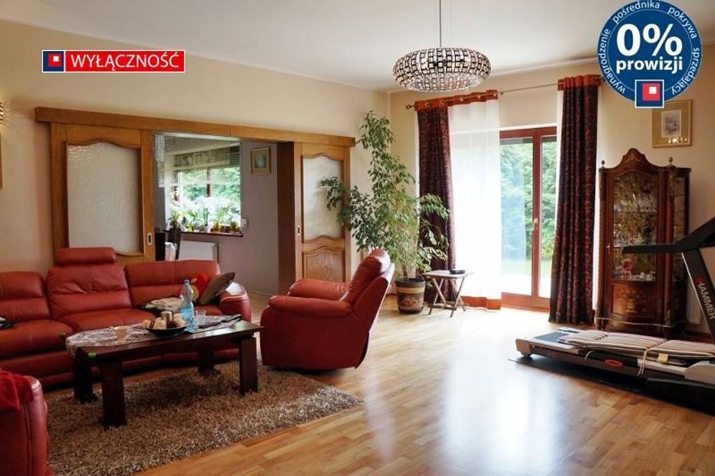 zdjęcie przedstawia salon w luksusowej willi w Głogowie