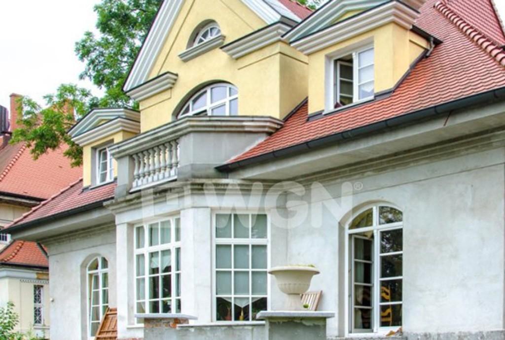 na zdjęciu tył willi (widok od strony ogrodu) w Legnicy do sprzedaży