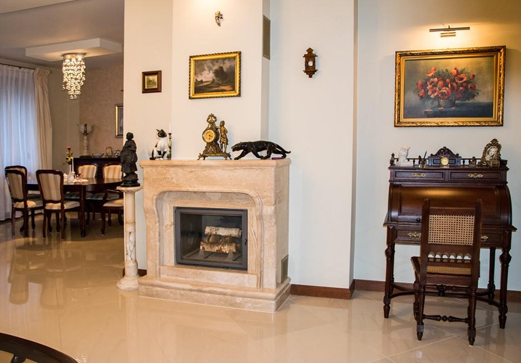 zdjęcie przedstawia salon z kominkiem w luksusowej willi do sprzedaży w okolicach Wrocławia