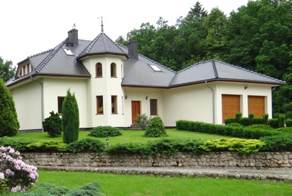 na zdjęciu widok od strony ogrodu na posiadłość do sprzedaży w okolicach Karpacza