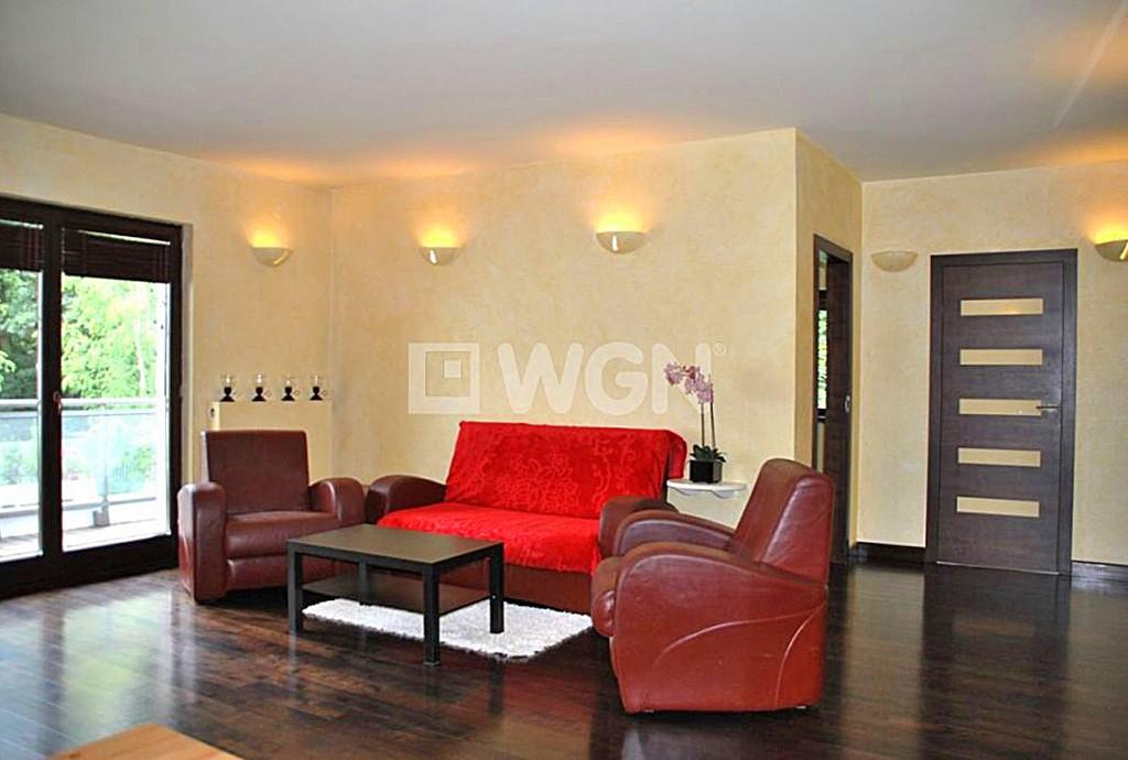 na zdjęciu salon w apartamencie w Grodzisku Mazowieckim na sprzedaż