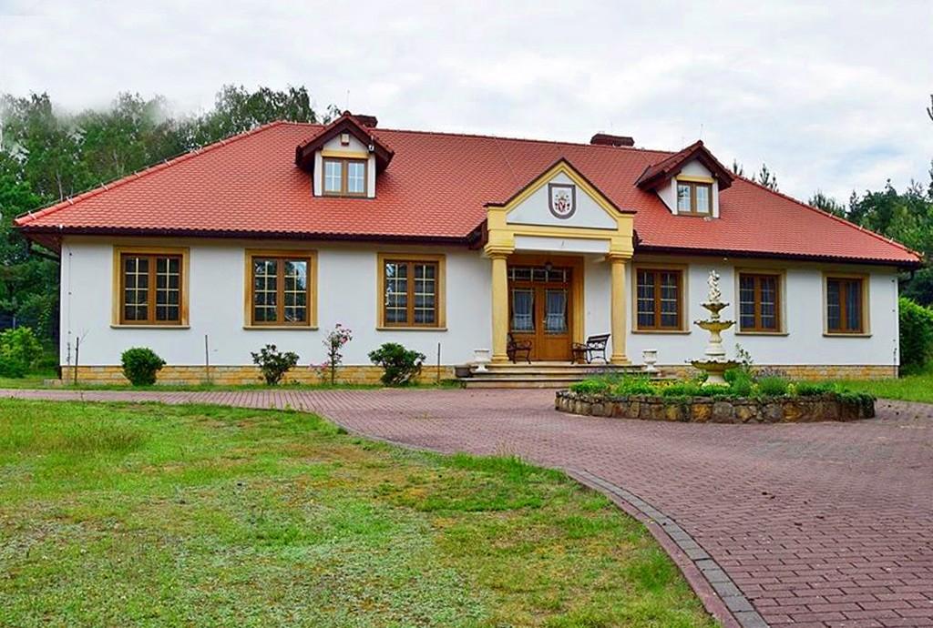 widok od frontu na dwór do sprzedaży w województwie dolnośląskim