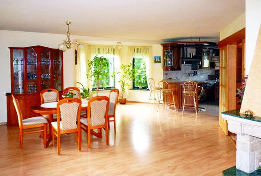 na zdjęciu salon i aneks kuchenny w willi na sprzedaż w Szczecinie