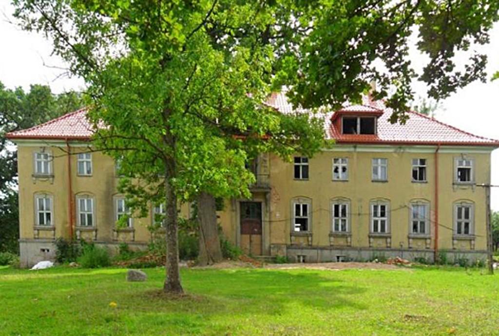 na zdjęciu front pałacu w województwie warmińsko-mazurskim na sprzedaż