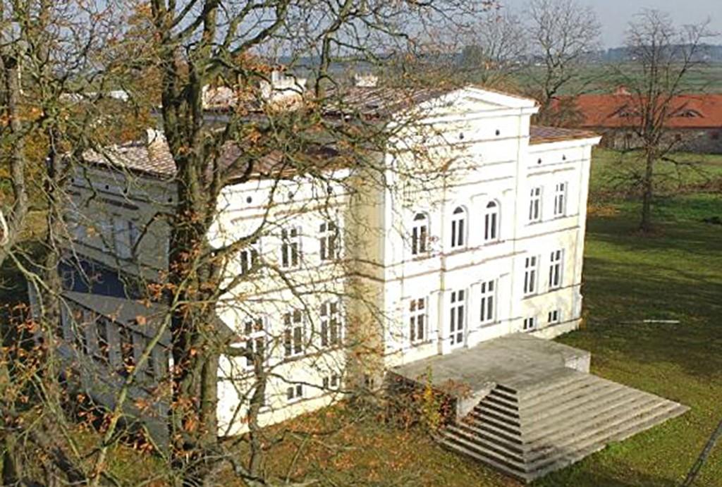 na zdjęciu widok z góry na pałac w województwie wielkopolskim do sprzedaży