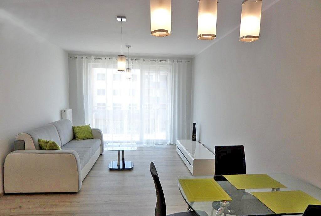 zdjęcie przedstawia luksusowy salon w apartamencie do wynajęcia we Wrocławiu