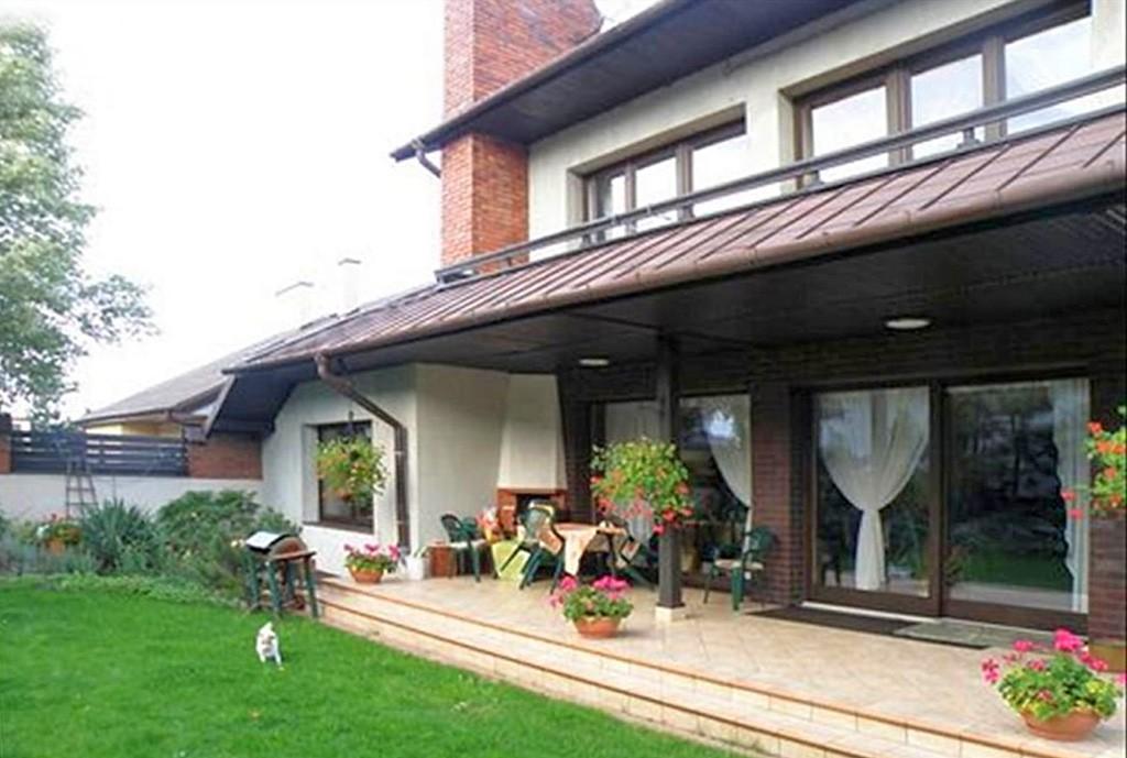 na zdjęciu widok od strony ogrodu na luksusową willę w Częstochowie do sprzedaży