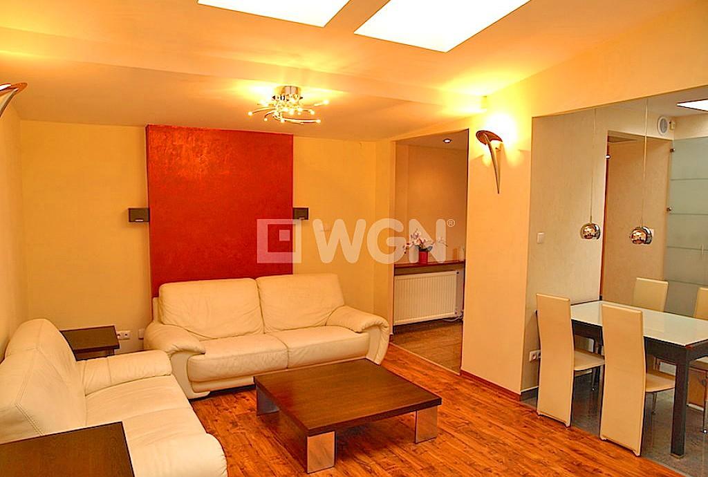na zdjęciu salon z oryginalnym efektownym oświetleniem w apartamencie do sprzedaży w Szczecinie