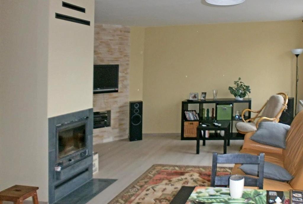 zdjęcie przedstawia salon z kominkiem w apartamencie do sprzedaży w Częstochowie