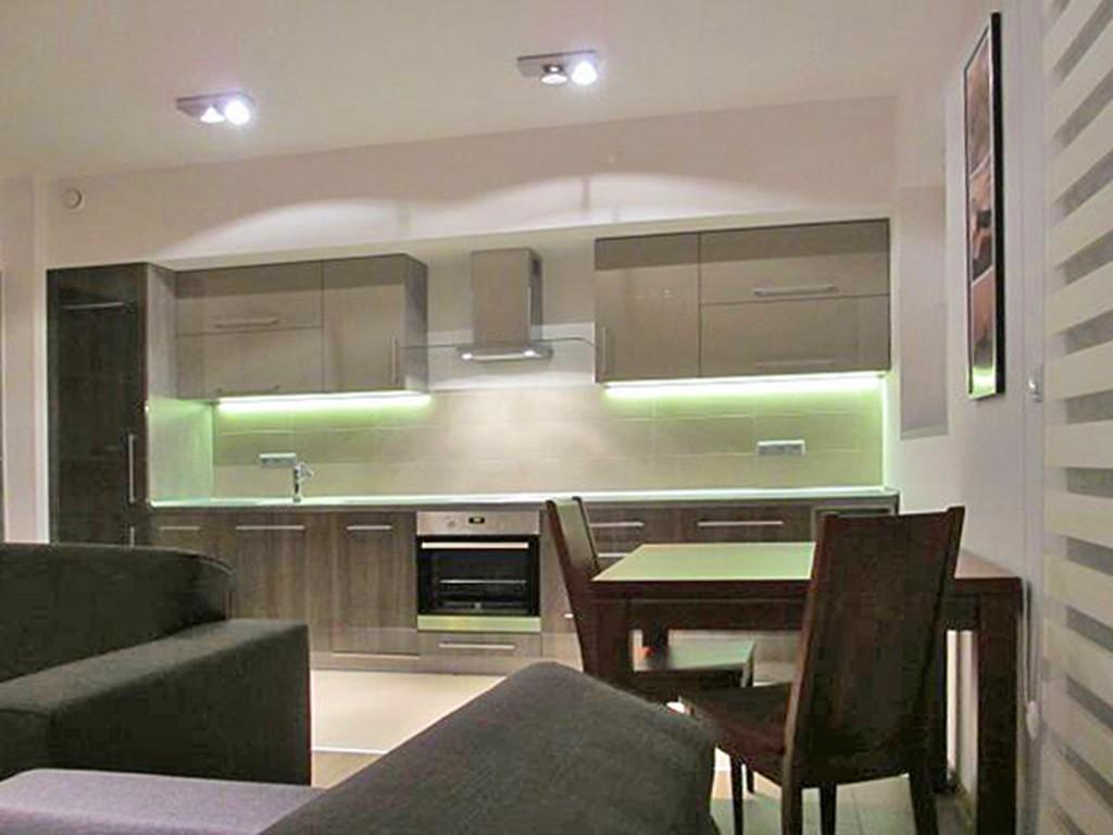 na zdjęciu luksusowo wyposażona kuchnia w apartamencie na wynajem w Katowicach