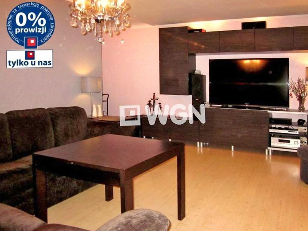 zdjęcie prezentuje salon w lususowym apartamencie do sprzedaży w Legnicy