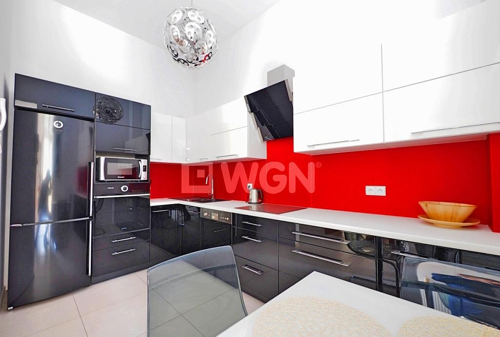 zdjęcie przedstawia luksusową i nowoczesną kuchnię w apartamencie do sprzedaży w Tarnowie