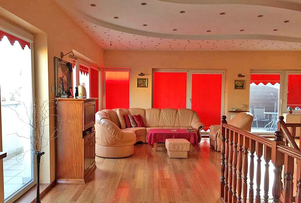 na zdjęciu salon w luksusowym apartamencie w Warszawie na sprzedaż