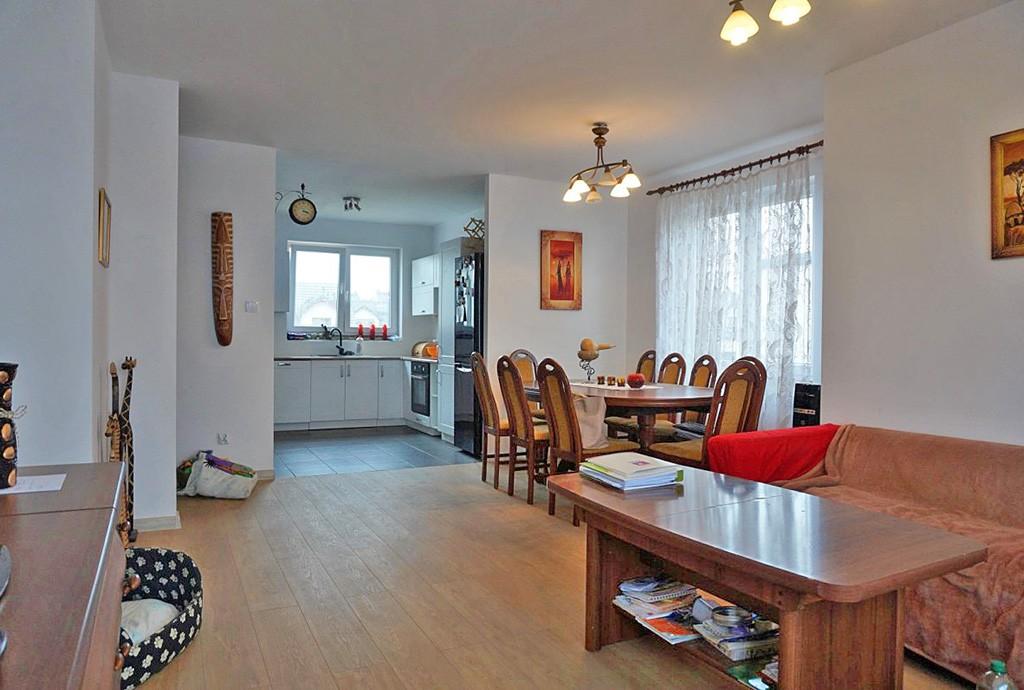zdjęcie przedstawia salon w apartamencie w okolicach Wrocławia do sprzedaży