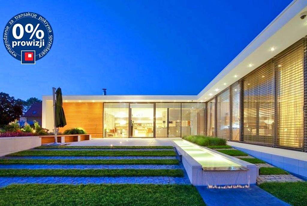 widok od strony ogrodu na luksusową rezydencję we Wrocławiu do sprzedaży