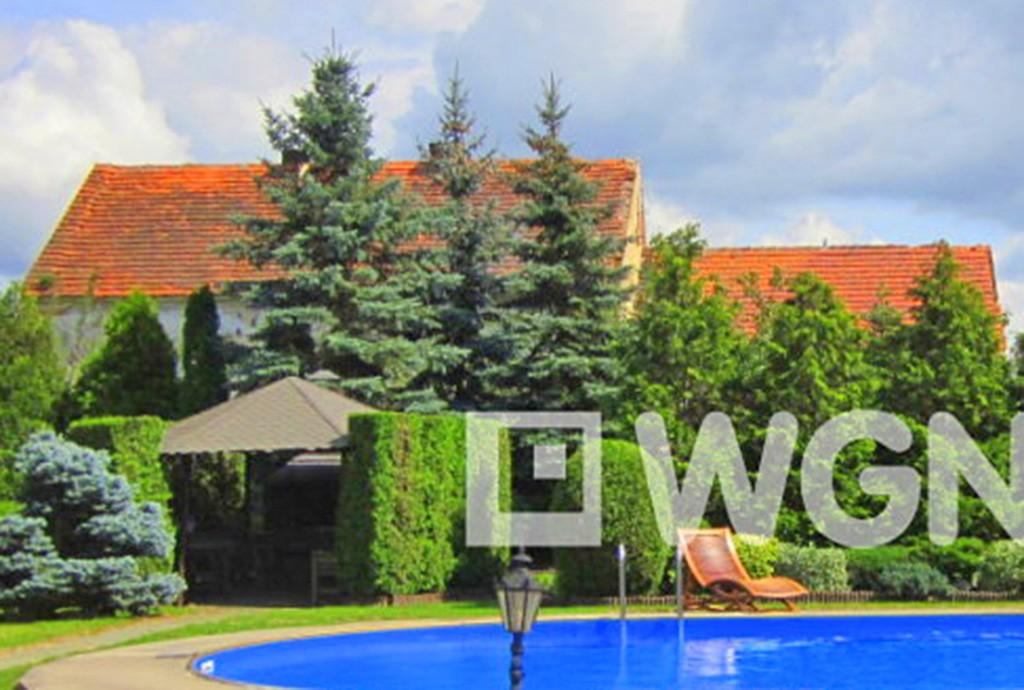 na zdjęciu widok od strony basenu na luksusową willę do wynajęcia w okolicy Legnicy