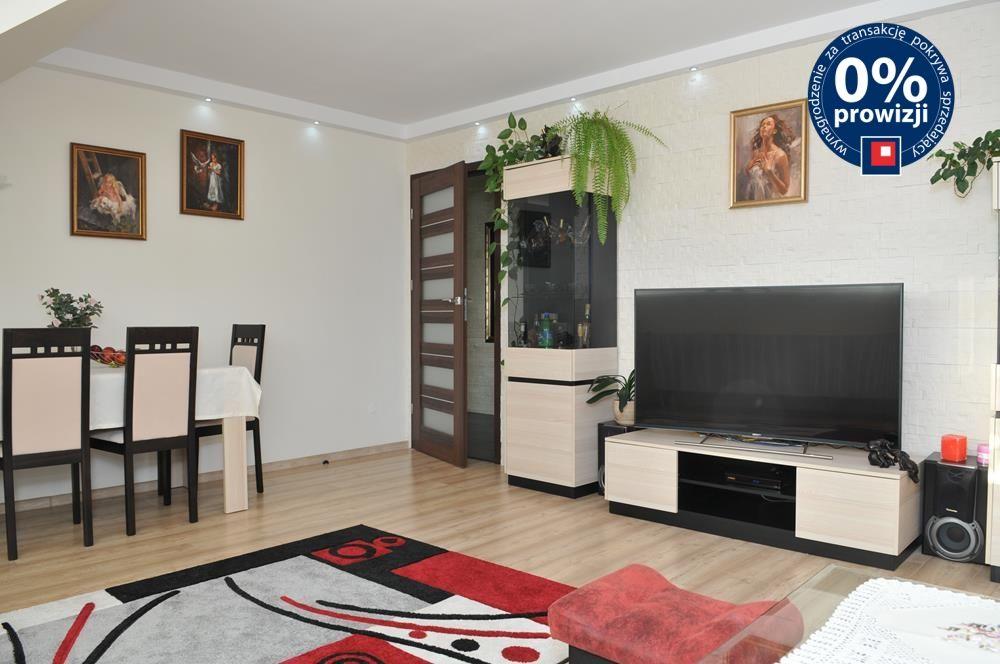 widok z innej perspektywy na salon w apartamencie do sprzedaży w Szczecinie
