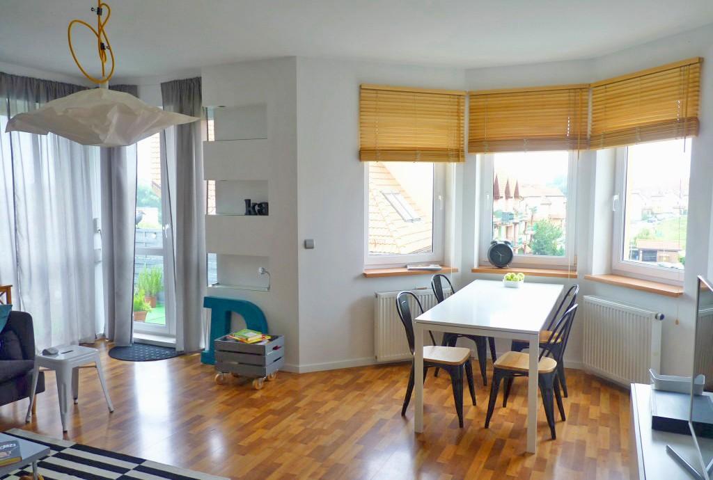 zdjęcie prezentuje widok z salonu na jadalnię w apartamencie w Szczecinie na sprzedaż