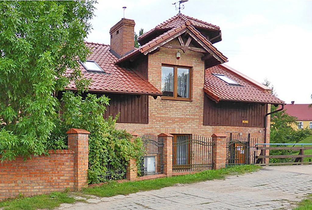 zdjęcie prezentuje widok z bliska na posiadłość na sprzedaż w okolicy Starogardu Gdańskiego
