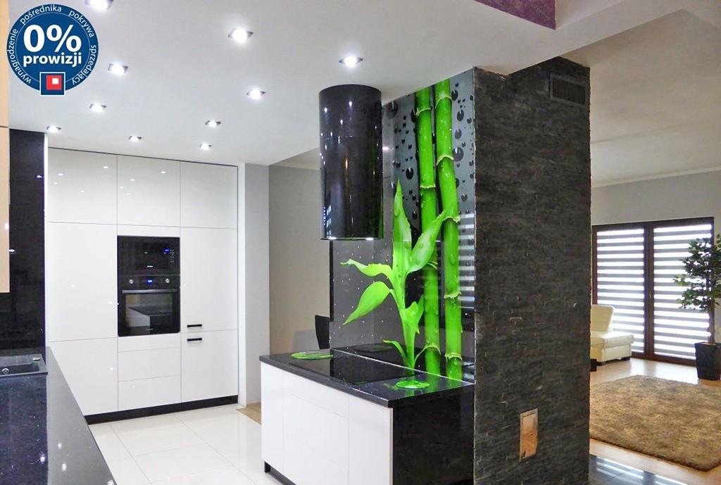 zdjęcie przedstawia luksusową kuchnię w willi do sprzedaży na Mazurach