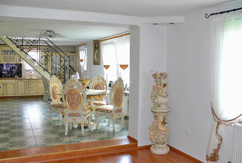 na zdjęciu wnętrze luksusowej willi do sprzedaży w Inowrocławiu