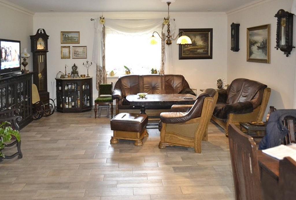 na zdjęciu salon w luksusowej willi do sprzedaży w okolicach Leszna