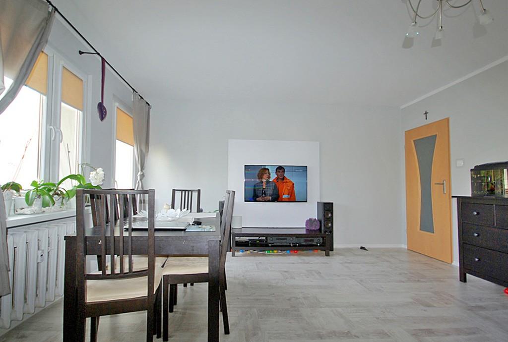 zdjęcie prezentuje salon w luksusowym apartamencie na sprzedaż w Lubinie