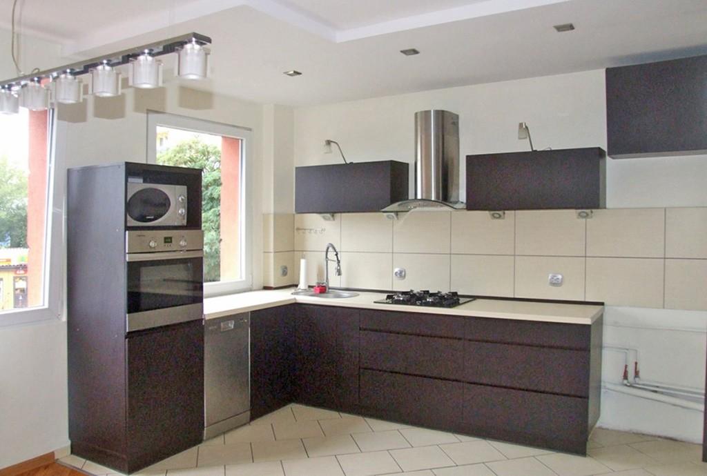 zdjęcie przedstawia widok z salonu na aneks kuchenny w apartamencie do sprzedaży w Lubinie