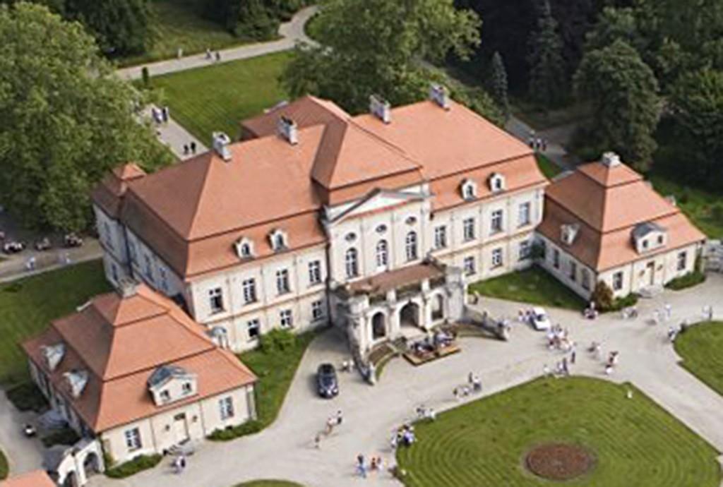 na zdjęciu zbliżenie na przód pałacu do sprzedaży w Lesznie