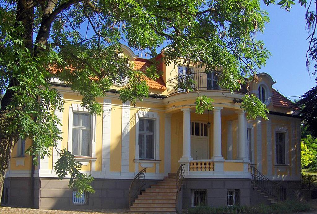 na zdjęciu front pałacu do sprzedaży w województwie kujawsko-pomorskim