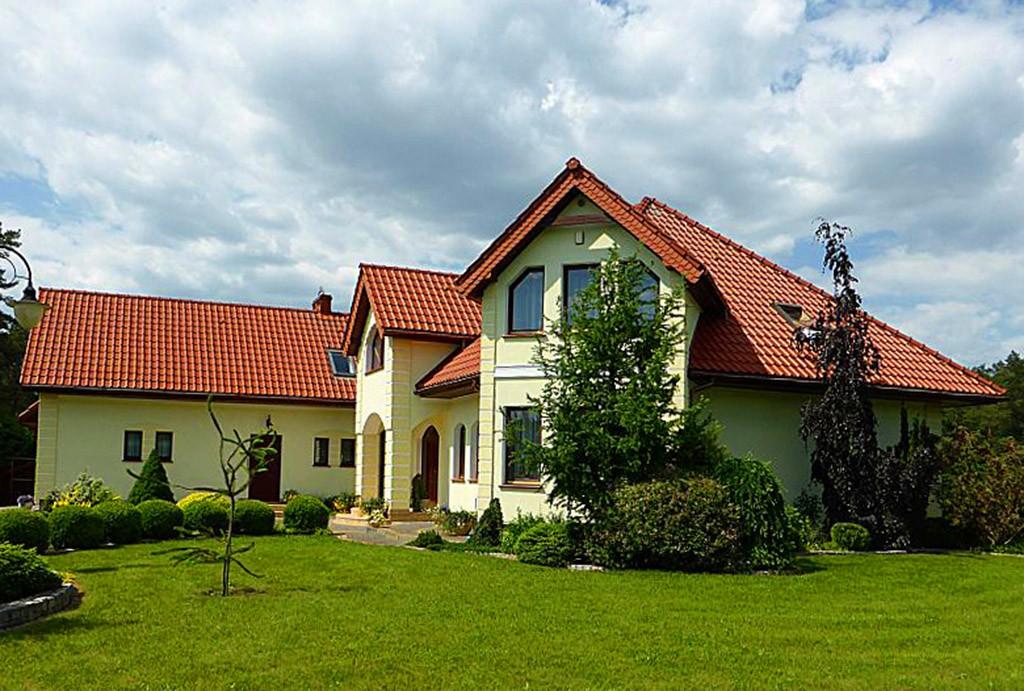 widok od strony ogrodu na posiadłość do sprzedaży na Mazurach