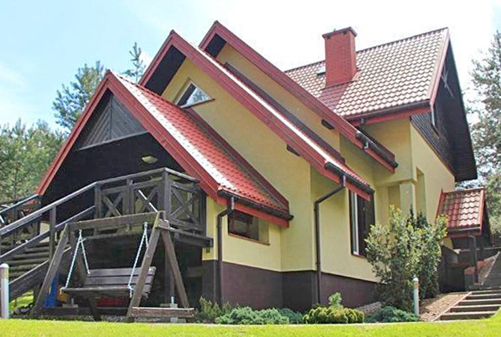 widok od strony ogrodu na rezydencję do sprzedaży na Mazurach