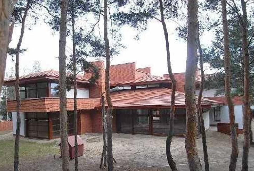 na zdjęciu widok od strony lasu na rezydencję w Warszawie do sprzedaży