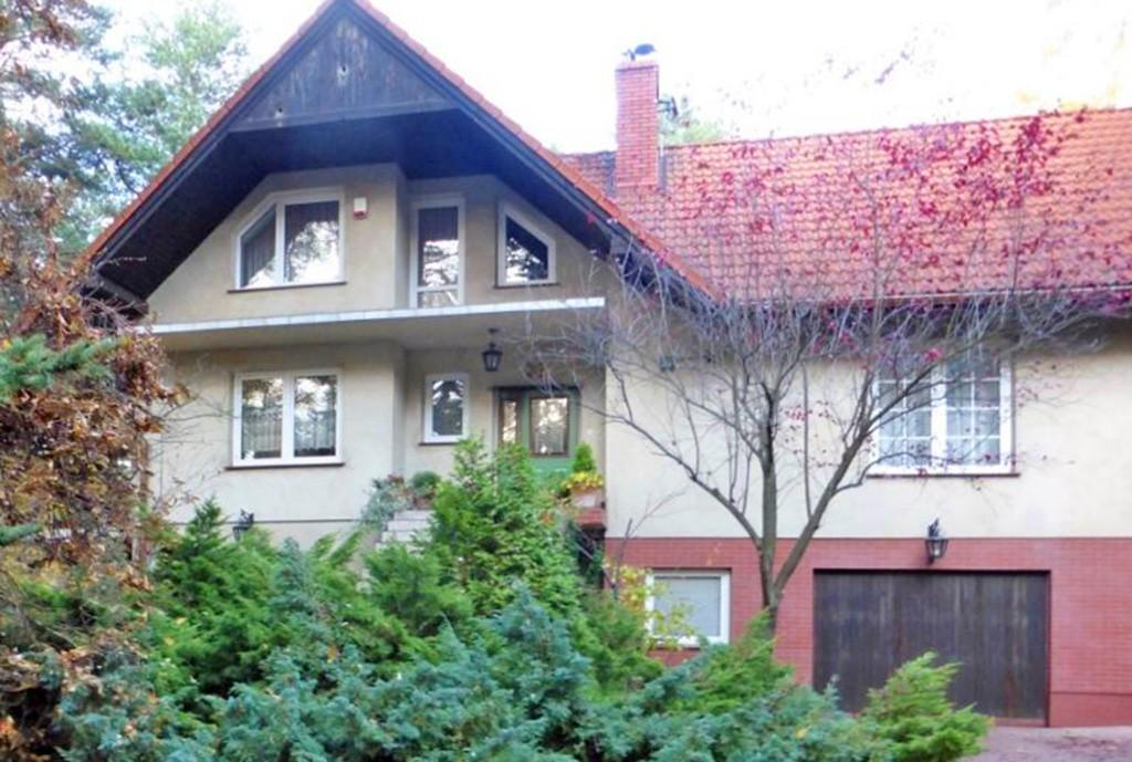widok od strony ogrodu na ekskluzywną willę do sprzedaży w Częstochowie