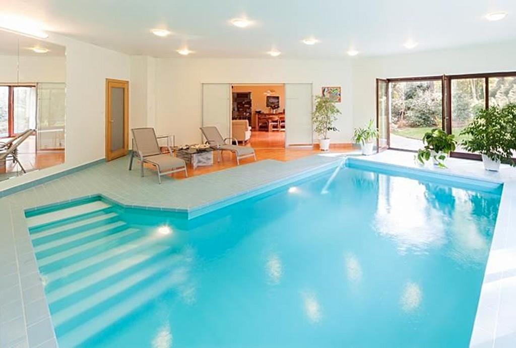 zdjęcie przedstawia kryty basen w luksusowej willi na sprzedaż w Szczecinie