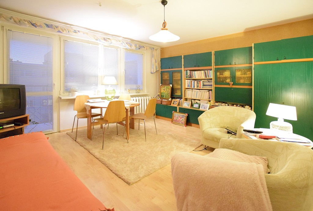 zdjęcie przedstawia salon w apartamencie do sprzedaży w Suwałkach