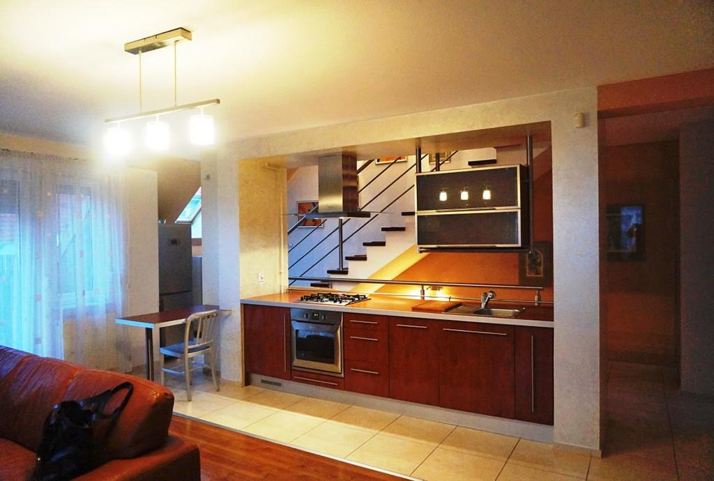 widok z salonu na aneks kuchenny w apartamencie do sprzedaży we Wrocławiu