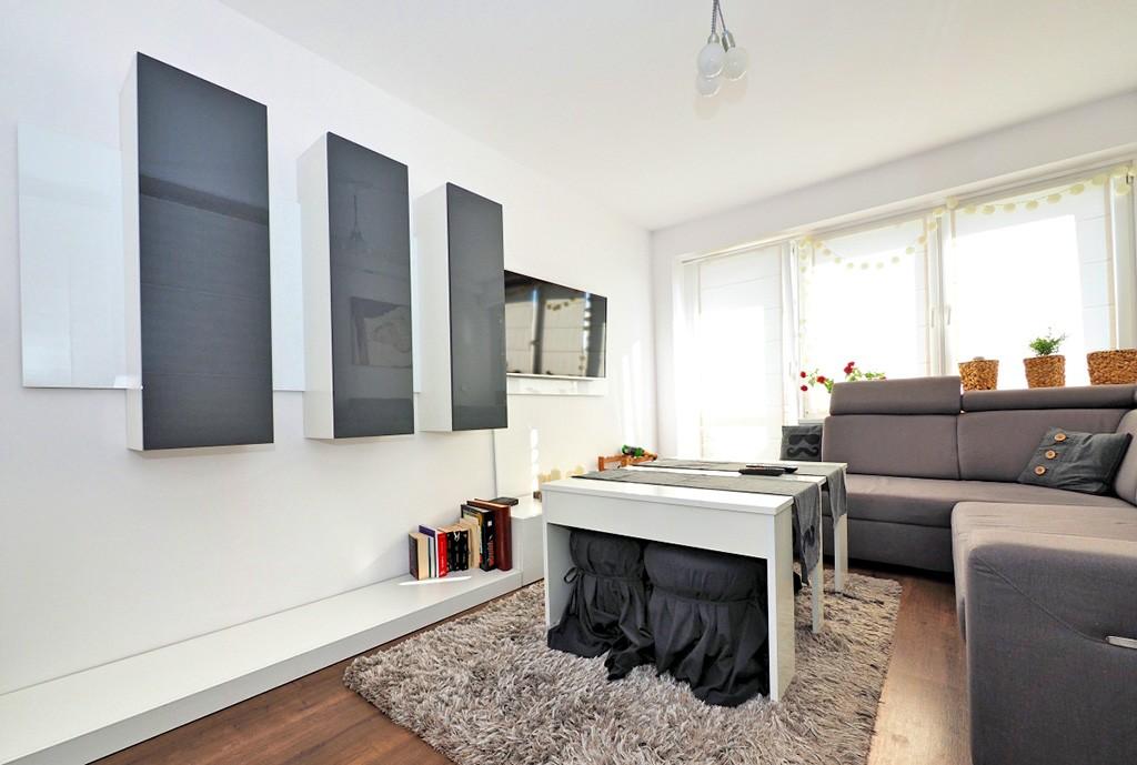 na zdjęciu salon w ekskluzywnym apartamencie do sprzedaży w Tarnowie