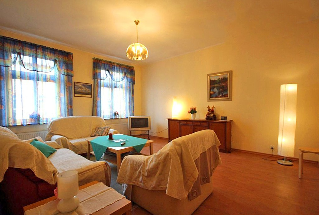 na zdjęciu luksusowy salon w apartamencie do sprzedaży w centrum Szczecina