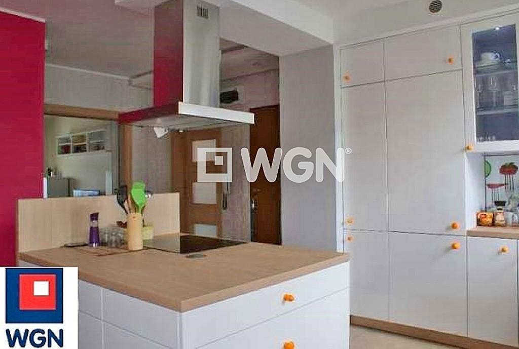 na zdjęciu nowoczesny aneks kuchenny w apartamencie na wynajem w Toruniu