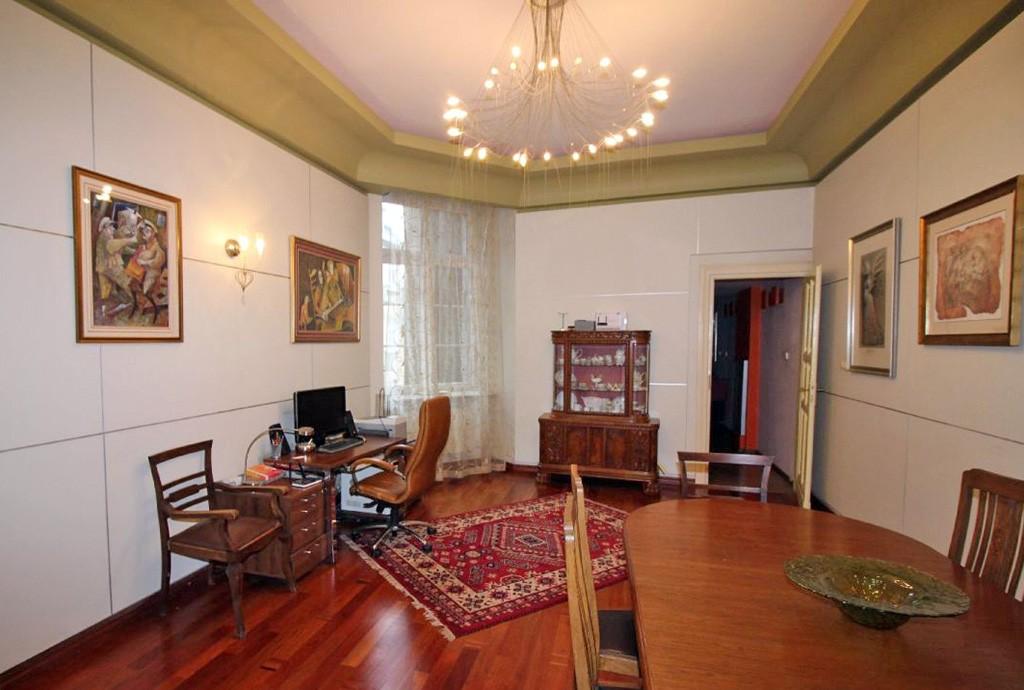 na zdjęciu salon urządzony w stylu klasycznym w apartamencie do sprzedaży w Łodzi