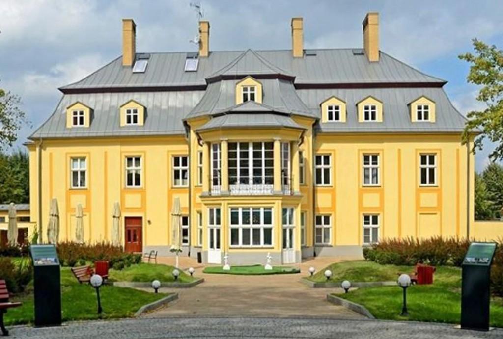 widok od frontu na pałac w województwie śląskim do sprzedaży