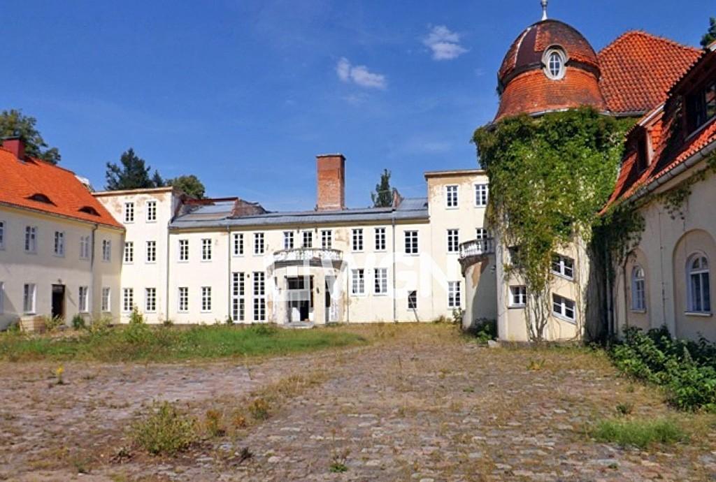 widok z zewnątrz na luksusowy pałac w województwie zachodniopomorskim na sprzedaż