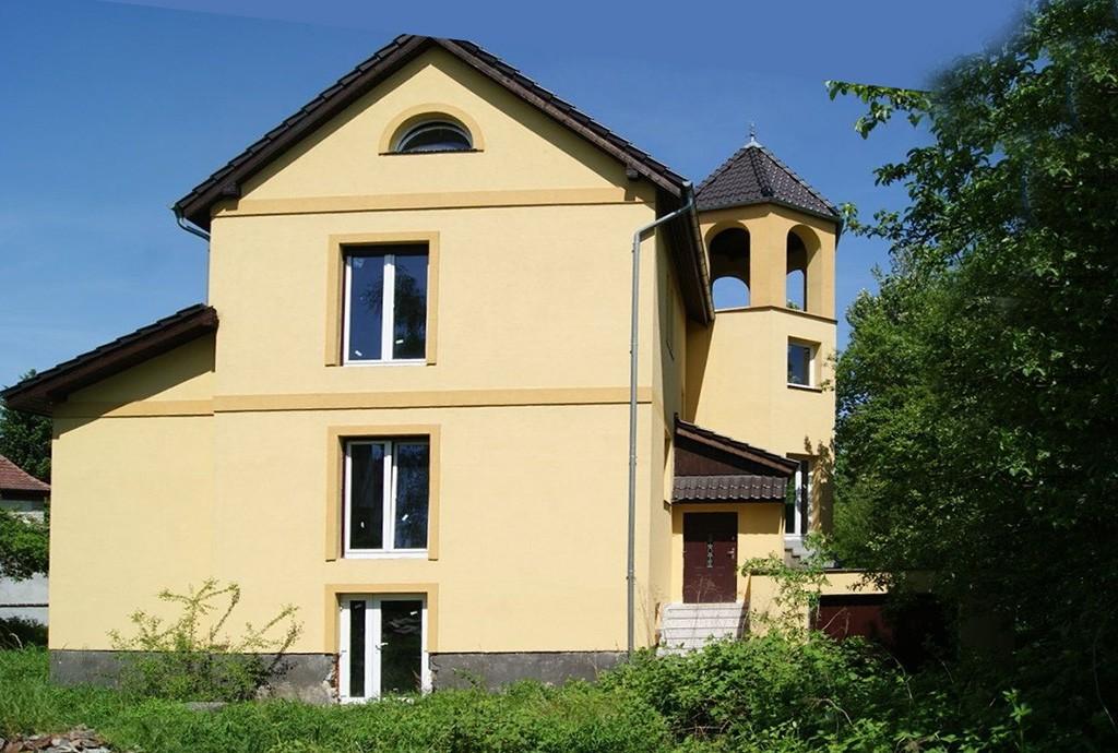 na zdjęciu widok z boku na luksusową rezydencję w Żaganiu do sprzedaży